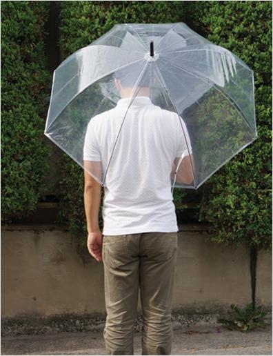 ビニール傘差しているイメージ